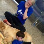 犬にもたれる自閉症の息子を見たお母さんの涙。その理由に胸が熱くなる【感動】